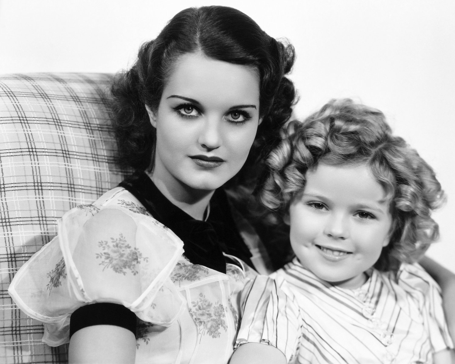 SHIRLEY TEMPLE & ROCHELLE HUDSON IN 'CURLY TOP' - 8X10 PUBLICITY PHOTO (AZ-017)