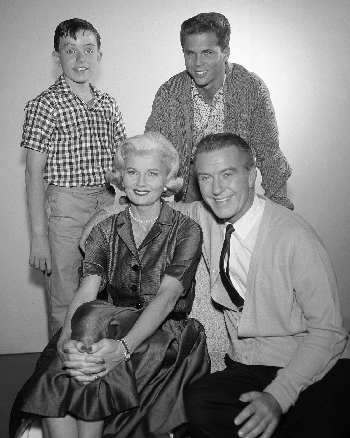 'LEAVE IT TO BEAVER' CAST WALLY JUNE WARD CLEAVER 8X10 PUBLICITY PHOTO (ZZ-158)