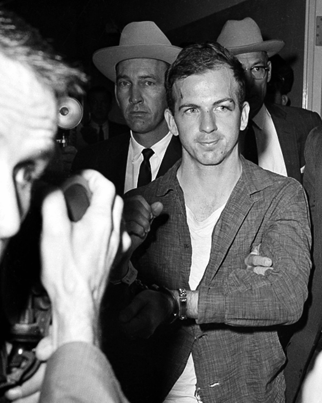 LEE HARVEY OSWALD AT DALLAS POLICE HQ ON NOVEMBER 22, 1963 - 8X10 PHOTO (AZ-032)