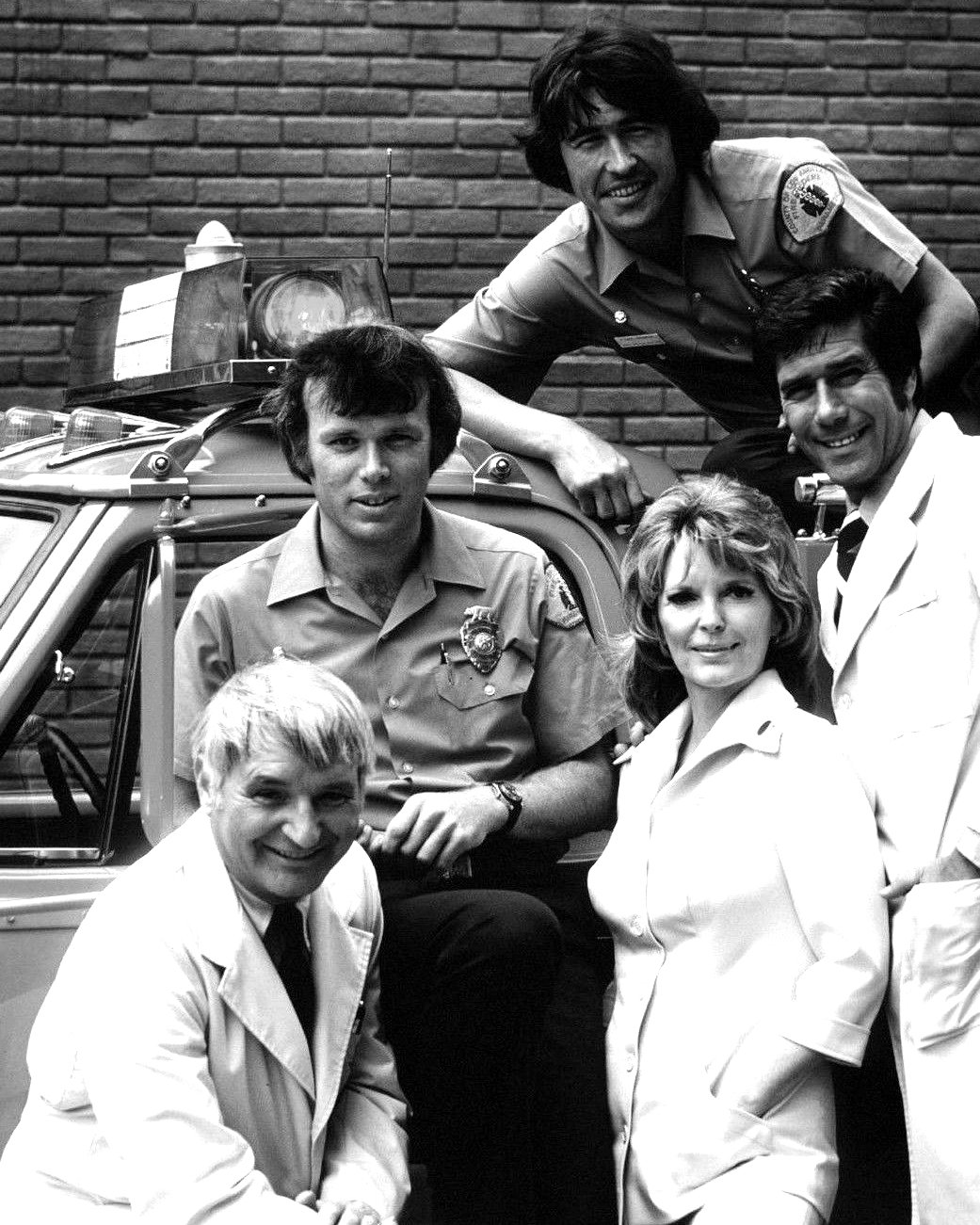 CAST SHOT FROM THE NBC TV SERIES 'EMERGENCY' - 8X10 PUBLICITY PHOTO (DA-474)