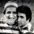 AL MOLINARO & HENRY WINKLER IN 'HAPPY DAYS' FONZIE 8X10 PUBLICITY PHOTO (ZY-097)