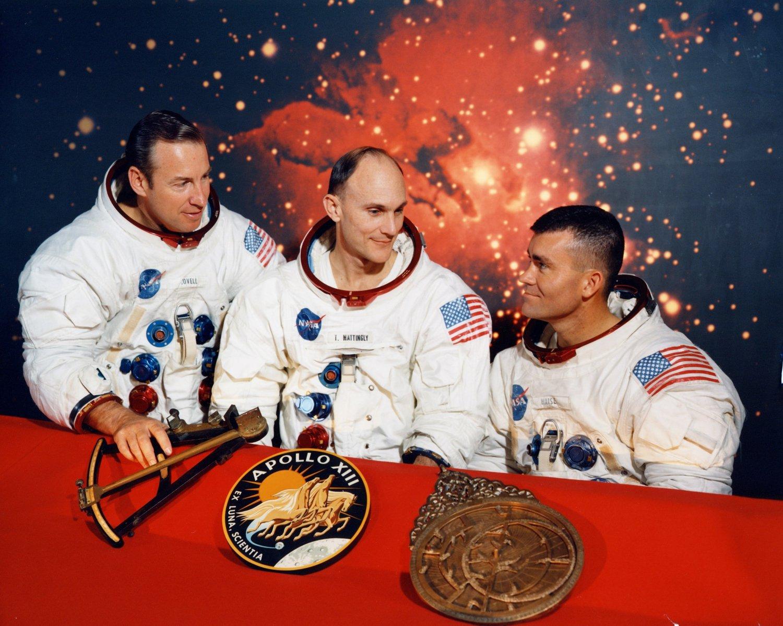 PORTRAIT OF *ORIGINAL* APOLLO 13 CREW WITH MATTINGLY - 8X10 NASA PHOTO (BB-868)