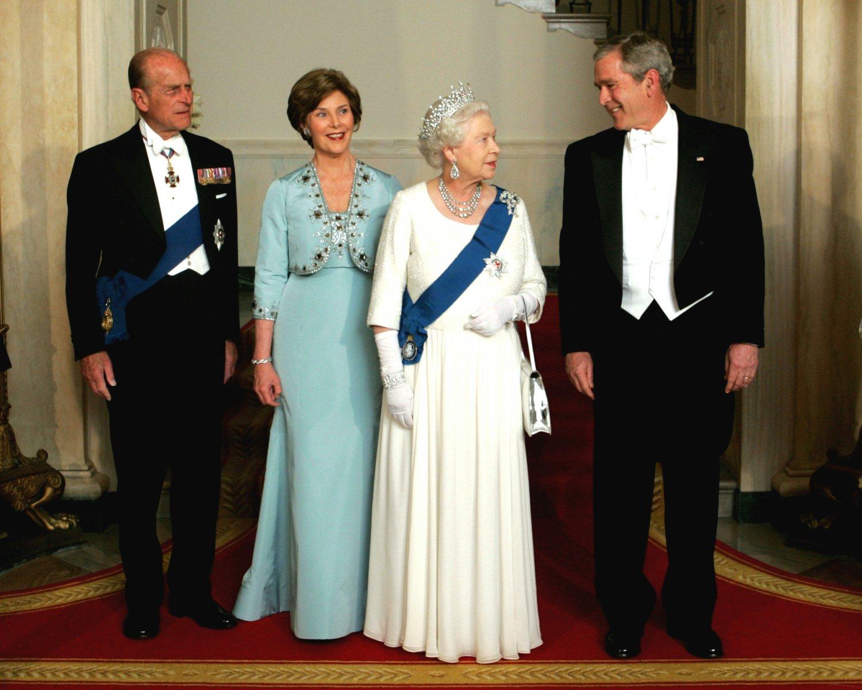 PRESIDENT GEORGE W. BUSH w/ QUEEN ELIZABETH FOR STATE DINNER 8X10 PHOTO (BB-887)