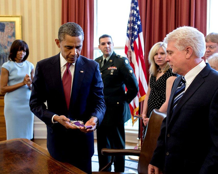 PRESIDENT BARACK OBAMA AWARDS MEDAL OF HONOR POSTHUMOUSLY - 8X10 PHOTO (CC-017)