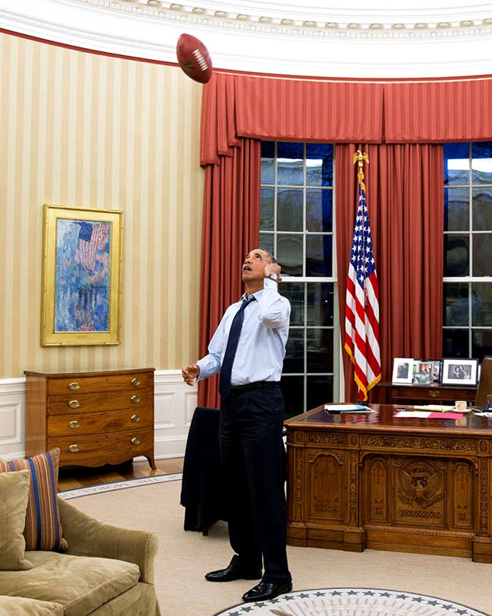 PRESIDENT BARACK OBAMA TOSSES FOOTBALL IN THE OVAL OFFICE - 8X10 PHOTO (BB-891)