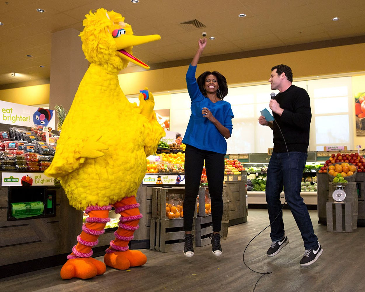 FIRST LADY MICHELLE OBAMA WITH BIG BIRD FROM SESAME STREET - 8X10 PHOTO (CC-021)