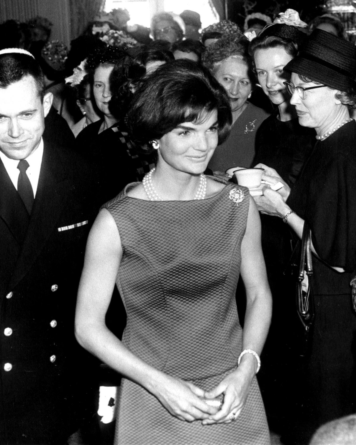 JACQUELINE KENNEDY RECEPTION FOR NEWSPAPER EDITORS WIVES - 8X10 PHOTO (CC-042)