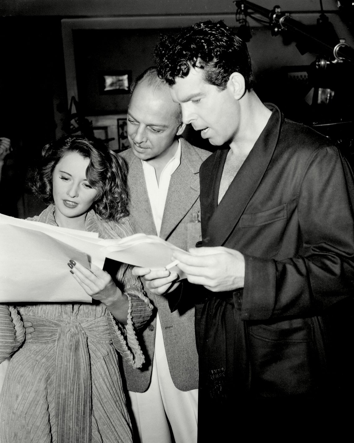 BARBARA STANWYCK FRED MacMURRAY ON THE SET OF 'REMEMBER THE NIGHT' 8X10 PHOTO (BB-915)