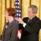 GEORGE W. BUSH AWARDS CAROL BURNETT PRESIDENTIAL MEDAL - 8X10 PHOTO (BB-926)