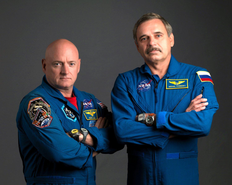 ASTRONAUT SCOTT KELLY & COSMONAUT MIKHAIL KORNIENKO - 8X10 NASA PHOTO (BB-930)