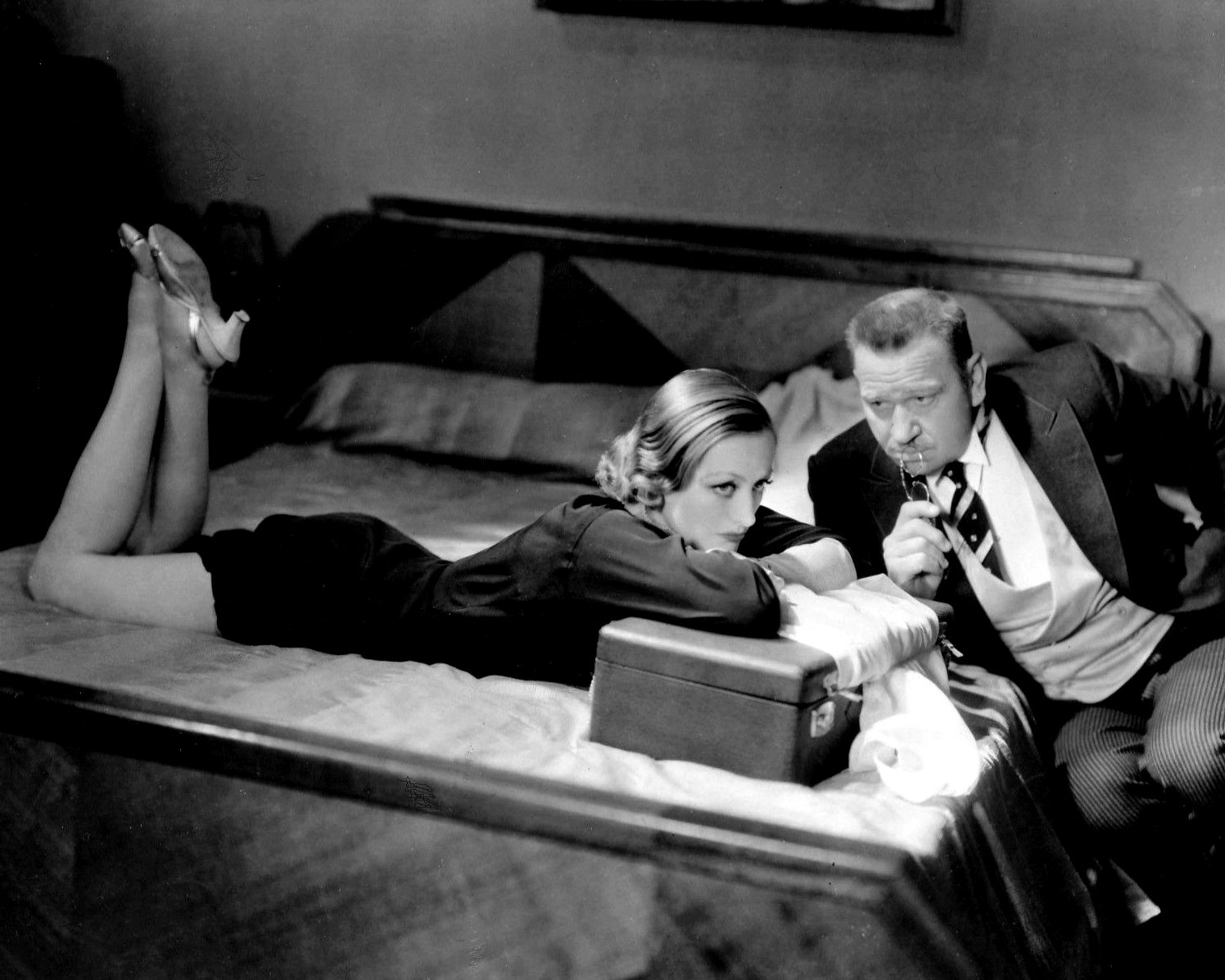 JOAN CRAWFORD AND WALLACE BEERY IN 'GRAND HOTEL' - 8X10 PUBLICITY PHOTO (CC-072)