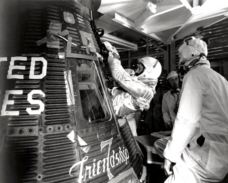 ASTRONAUT JOHN GLENN ENTERS FRIENDSHIP 7 FOR LAUNCH - 8X10 NASA PHOTO (EP-203)