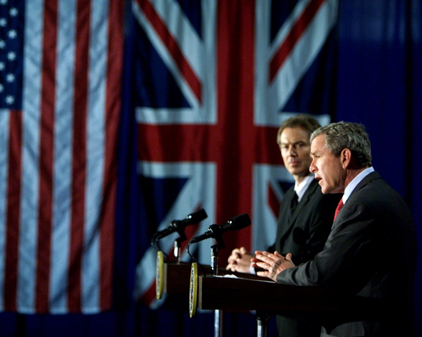 GEORGE W. BUSH WITH TONY BLAIR AT JOINT NEWS CONFERENCE - 8X10 PHOTO (BB-964)