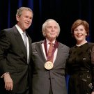 PRESIDENT GEORGE W. BUSH AND LAURA WITH ACTOR KIRK DOUGLAS - 8X10 PHOTO (BB-966)