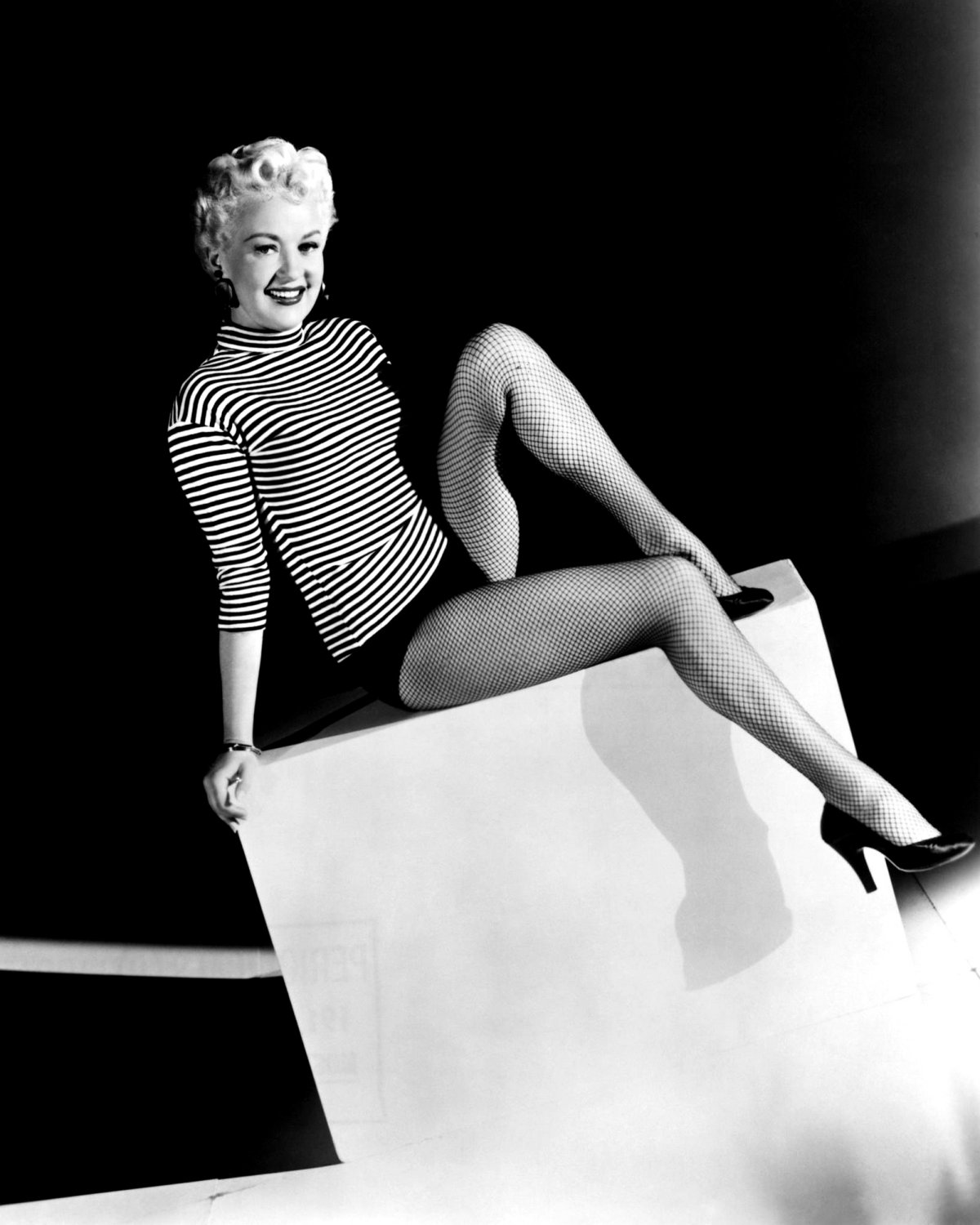 ACTRESS BETTY GRABLE - 8X10 PUBLICITY PHOTO (DD-007)