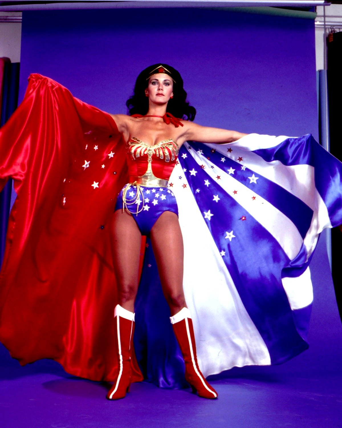 LYNDA CARTER IN THE TV SERIES 'WONDER WOMAN' - 8X10 PUBLICITY PHOTO (BB-981)