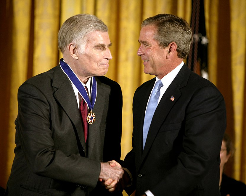 GEORGE W BUSH PRESENTS PRESIDENTIAL MEDAL TO CHARLTON HESTON 8X10 PHOTO (BB-993)