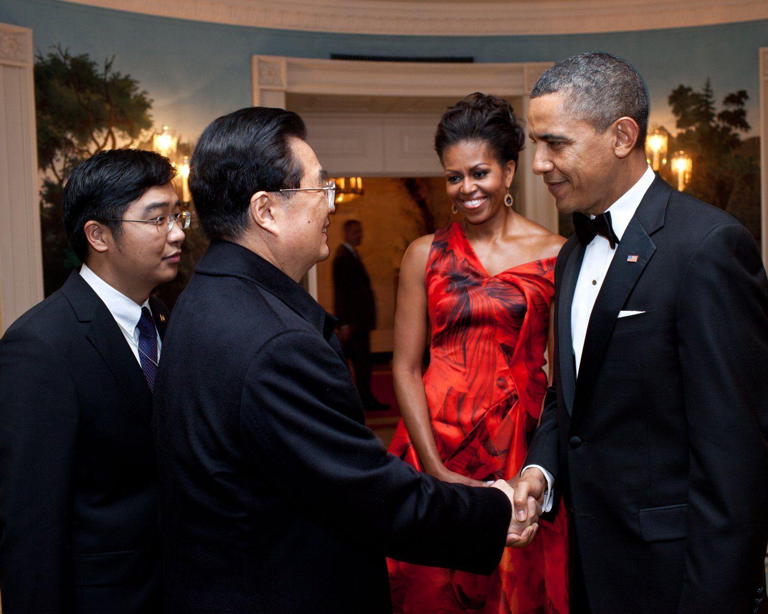 PRES BARACK OBAMA SAYS GOODBYE TO CHINA's LEADER HU JINTAO - 8X10 PHOTO (DD-021)