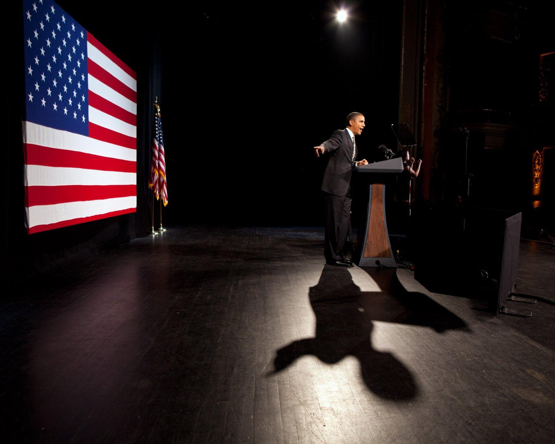 PRESIDENT BARACK OBAMA @ THE APOLLO THEATER IN NEW YORK CITY 8X10 PHOTO (DA-701)