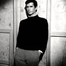 ANTHONY PERKINS BACKSTAGE ON THE SET OF 'PSYCHO' - 8X10 PUBLICITY PHOTO (DD-122)