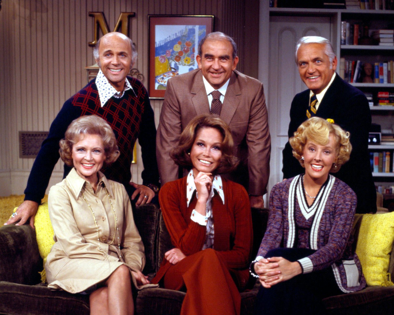 CAST FROM 'THE MARY TYLER MOORE SHOW' - 8X10 PUBLICITY PHOTO (DD-053)