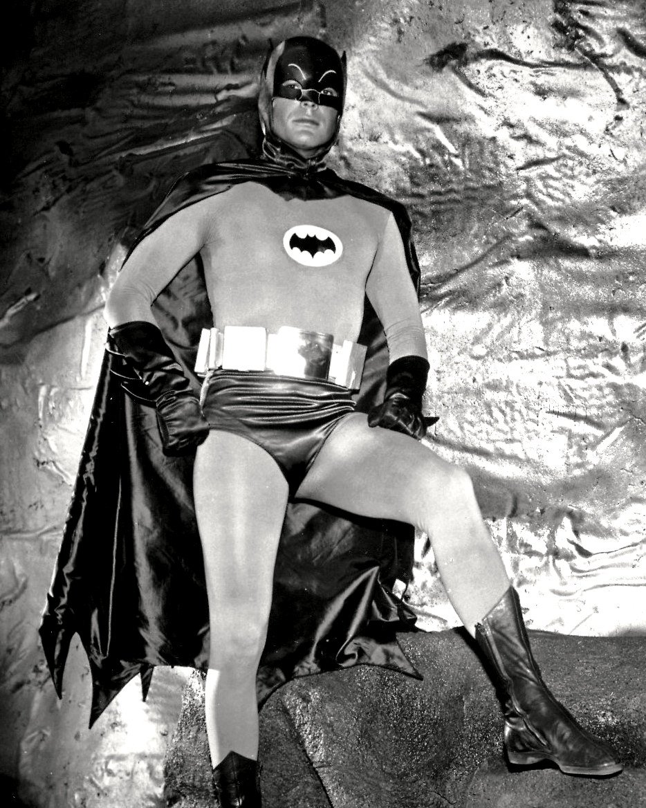 ADAM WEST IN THE TV SERIES 'BATMAN' - 8X10 PUBLICITY PHOTO (DD-059)
