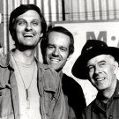 ALAN ALDA MIKE FARRELL & HARRY MORGAIN IN 'M*A*S*H' 8X10 PUBLICTY PHOTO (ZY-172)