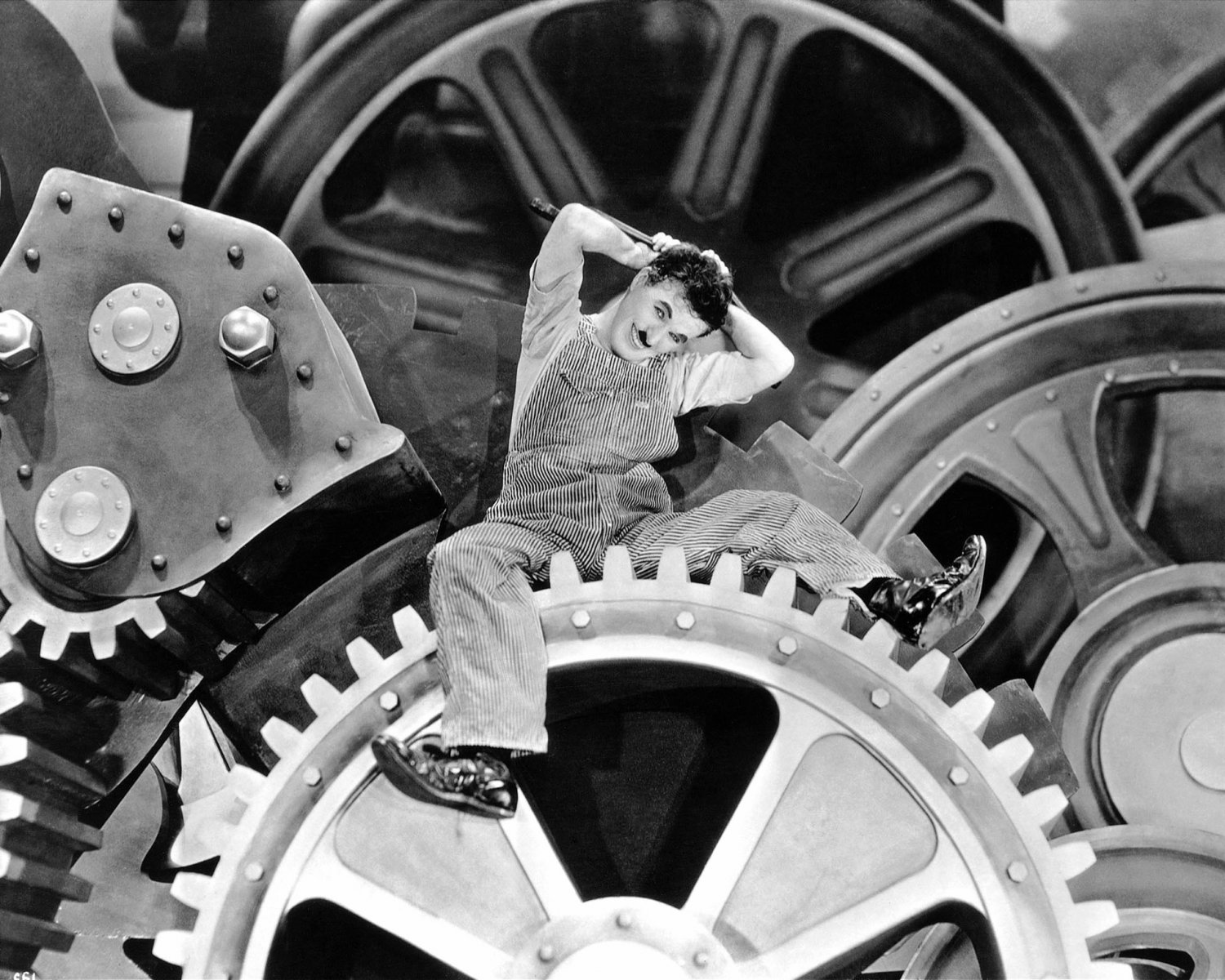 CHARLIE CHAPLIN IN THE FILM 'MODERN TIMES' - 8X10 PUBLICITY PHOTO (ZY-188)