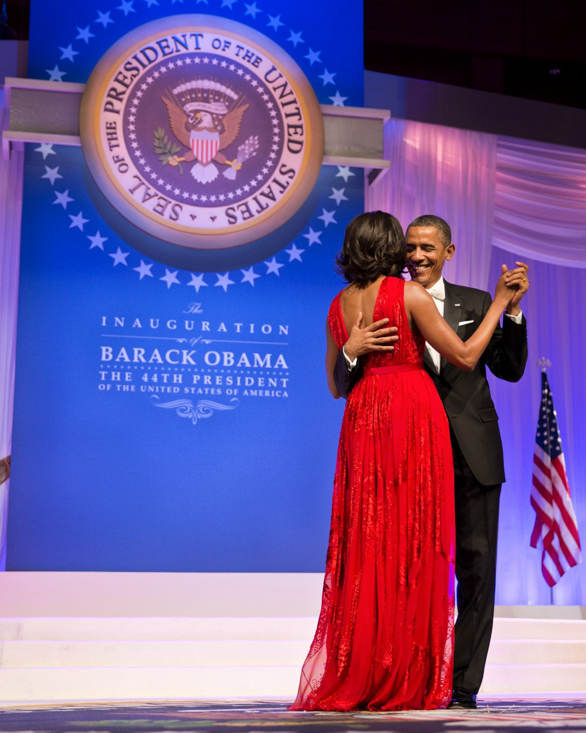 BARACK OBAMA & MICHELLE DANCE AT THE COMMANDER IN CHIEF BALL 8X10 PHOTO (ZY-189)