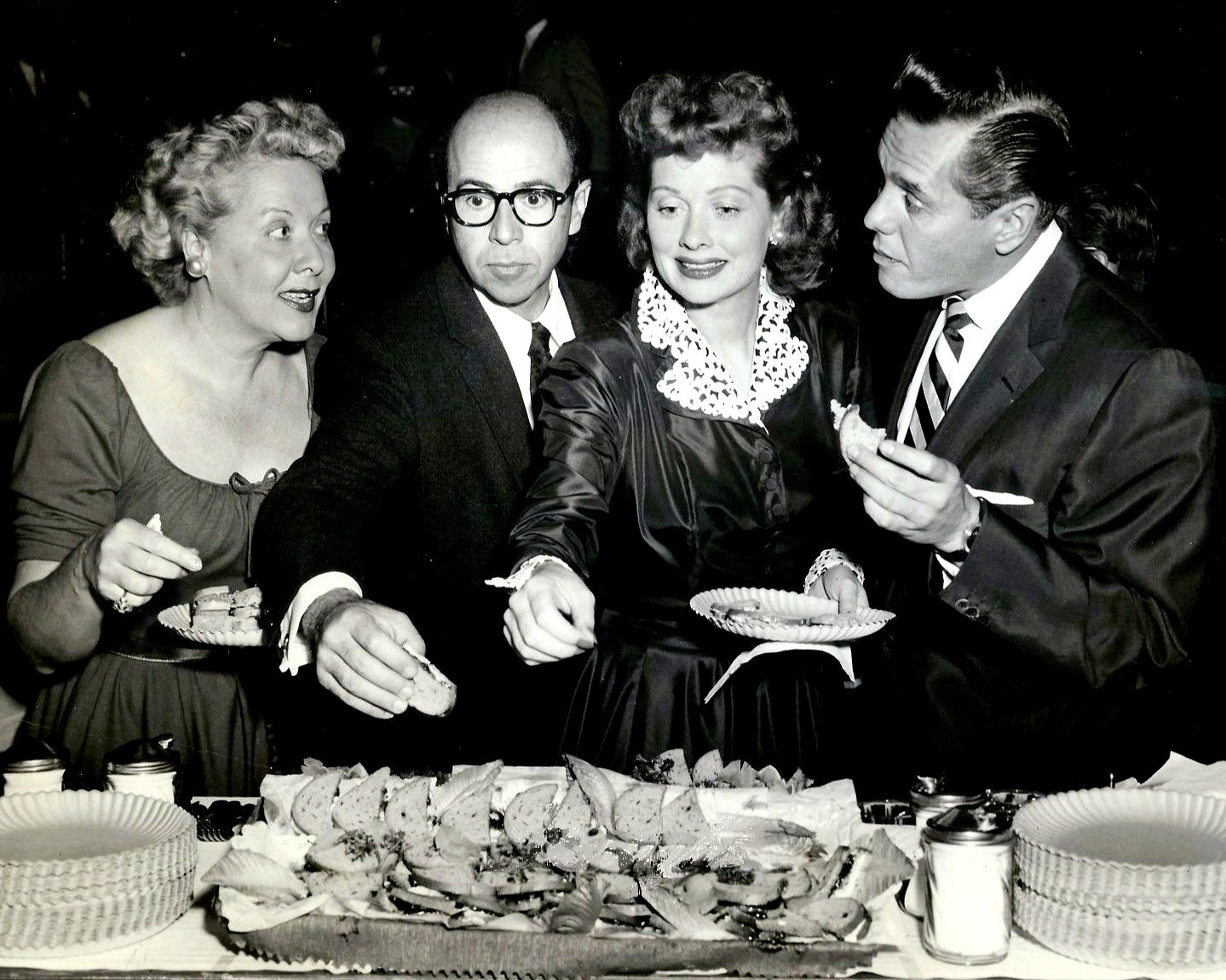 'I LOVE LUCY' CBS TV SHOW 1955 PRESS PARTY - 8X10 PUBLICITY PHOTO (DD-089)