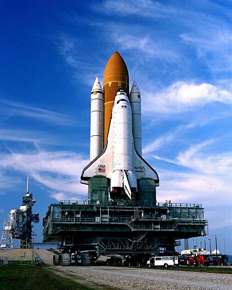SPACE SHUTTLE ATLANTIS TRAVELS TO LAUNCH COMPLEX 39 - 8X10 NASA PHOTO (DD-096)