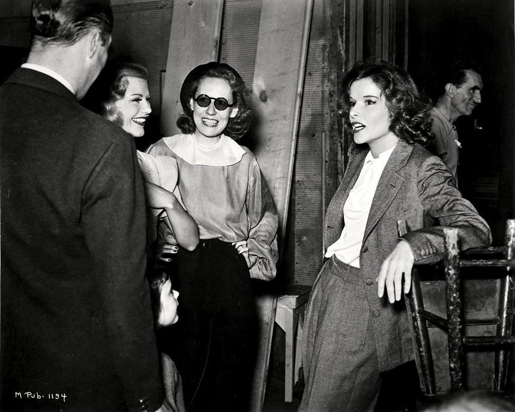 GINGER ROGERS, IRENE DUNNE & KATHARINE HEPBURN ON SET OF 'STAGE DOOR' 8X10 PHOTO (ZZ-605)