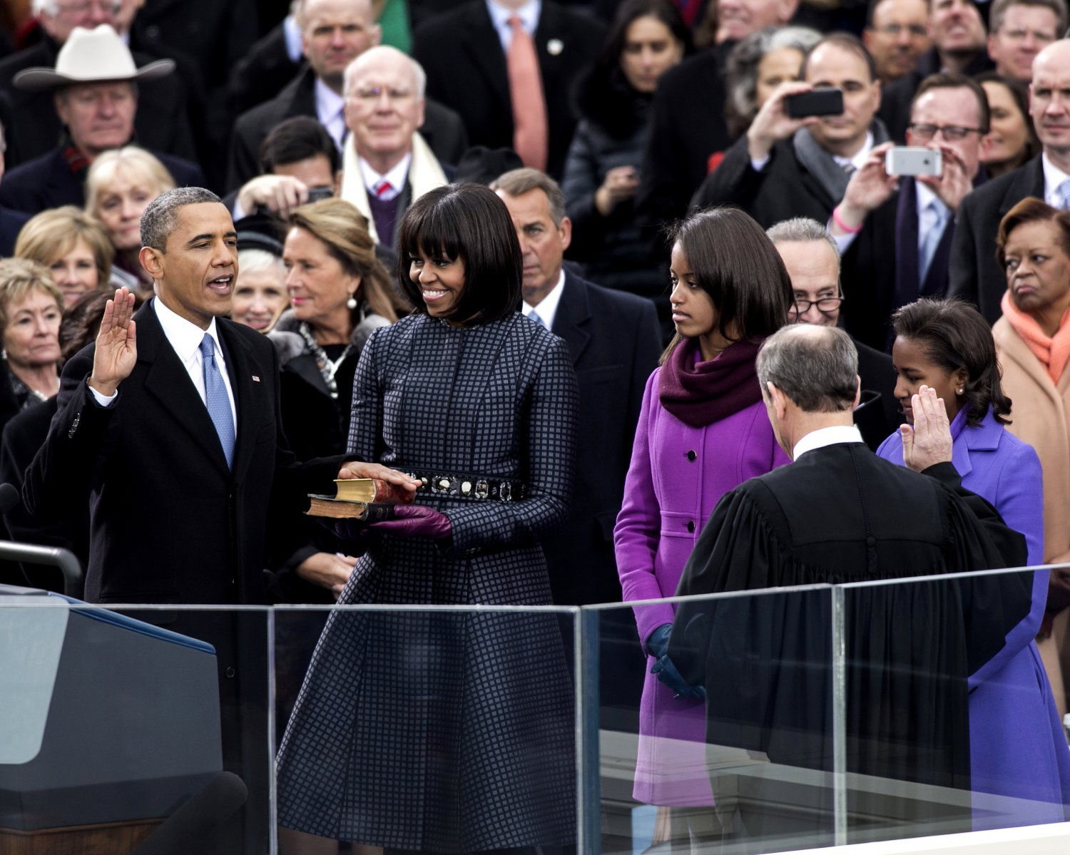 BARACK OBAMA SWORN-IN FOR HIS SECOND TERM AS PRESIDENT - 8X10 PHOTO (DD-101)
