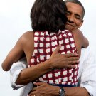 PRES BARACK OBAMA HUGS MICHELLE AFTER CAMPAIGN EVENT INTRO - 8X10 PHOTO (DD-113)