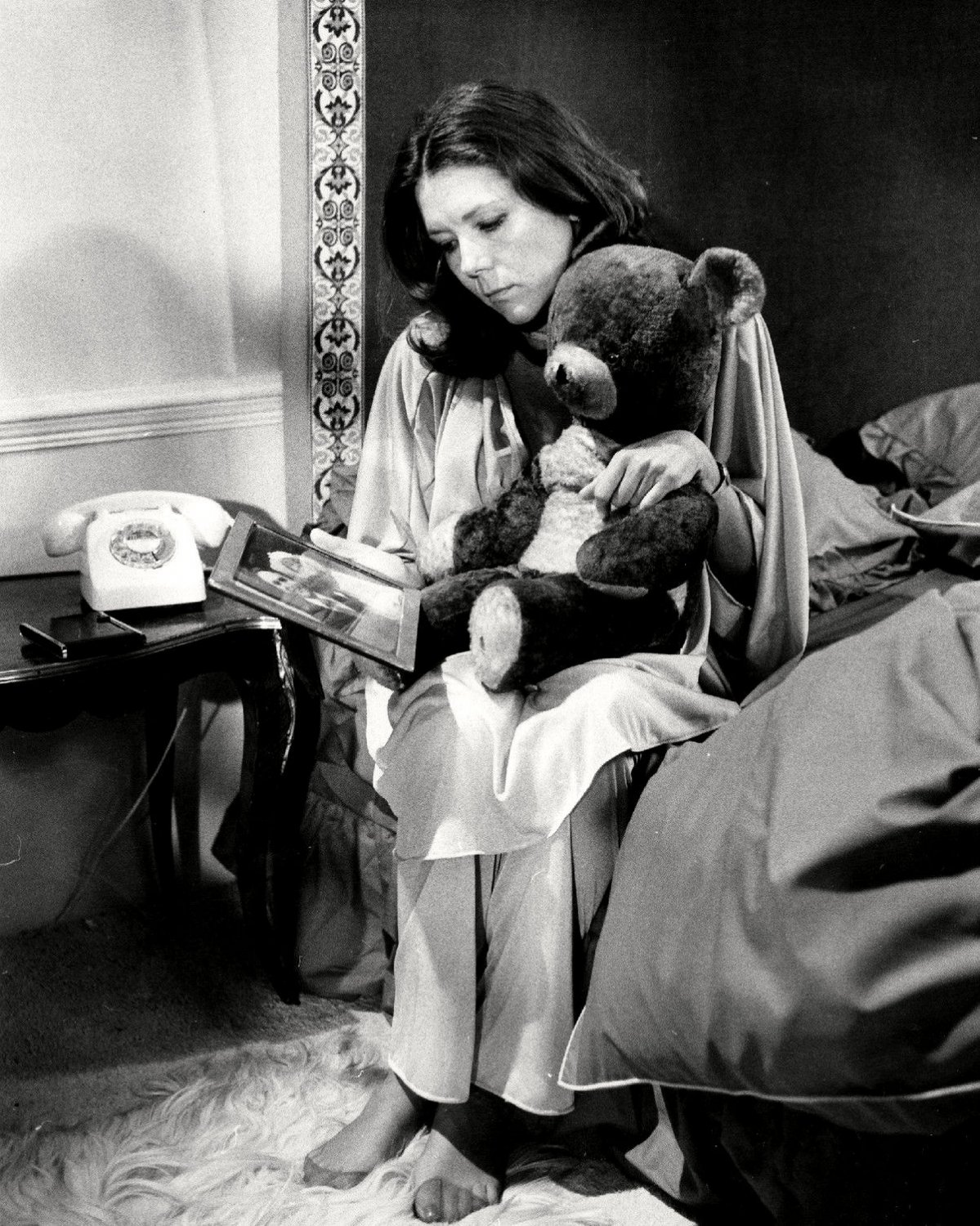 ACTRESS DIANA RIGG WITH A TEDDY BEAR - 8X10 PUBLICITY PHOTO (CC-118)