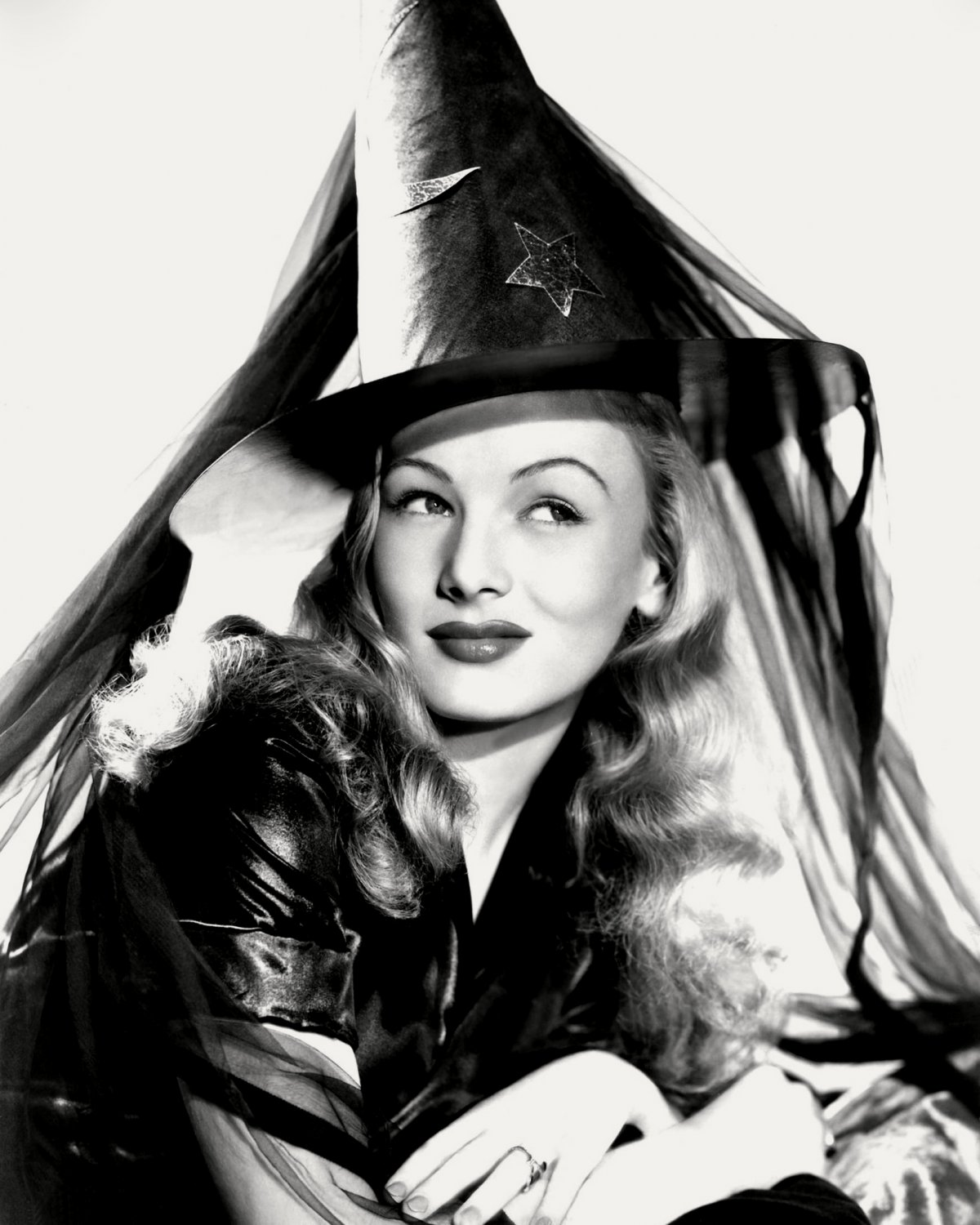 VERONICA LAKE IN THE FILM 'I MARRIED A WITCH' - 8X10 PUBLICITY PHOTO (CC-120)