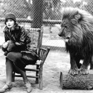 "GRETA GARBO WITH MGM MASCOT ""LEO THE LION"" - 8X10 PUBLICITY PHOTO (EE-027)"