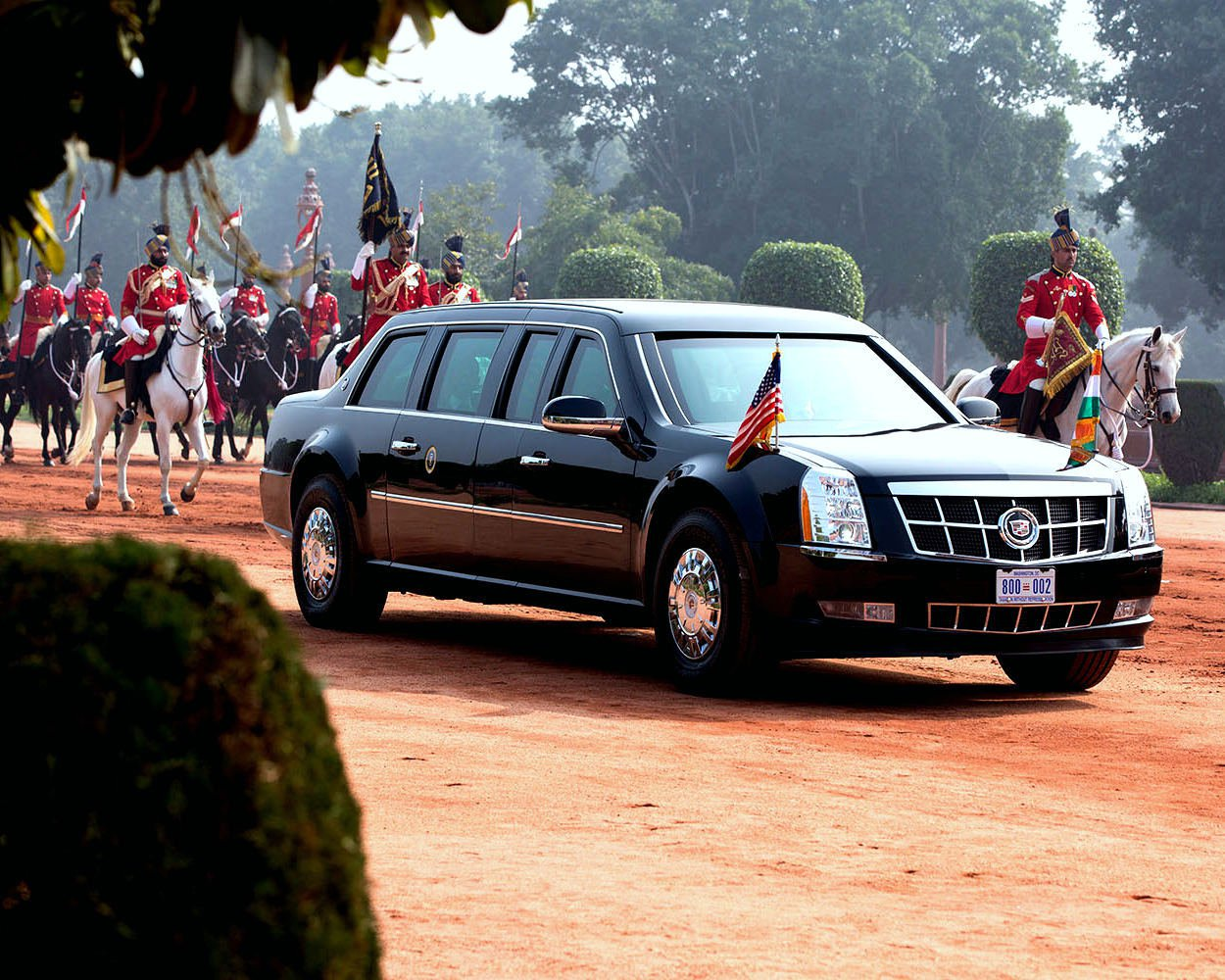 BARACK OBAMA TRAVELS TO CEREMONIAL WELCOME IN NEW DEHLI - 8X10 PHOTO (EE-114)