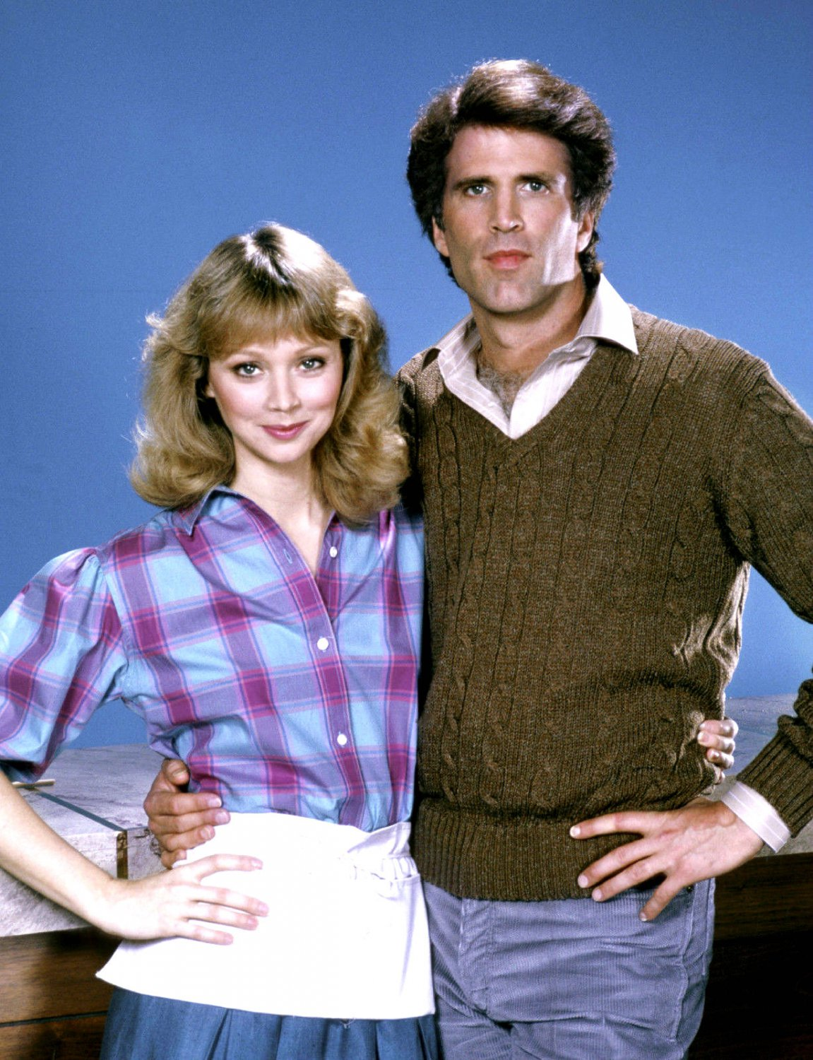 SHELLEY LONG AND TED DANSON IN TV SHOW 'CHEERS' - 8X10 PUBLICITY PHOTO (NN-139)