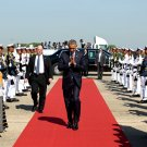 PRESIDENT BARACK OBAMA WALKS TO AIR FORCE ONE IN BURMA - 8X10 PHOTO (EE-041)