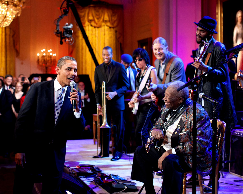 "BARACK OBAMA SINGS ""SWEET HOME CHICAGO"" WITH B.B. KING - 8X10 PHOTO (DA-515)"
