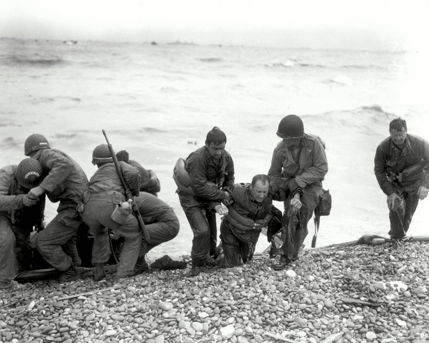 AMERICAN LANDING PARTY ASSISTS TROOPS @ OMAHA BEACH ON D-DAY 8X10 PHOTO (ZY-214)