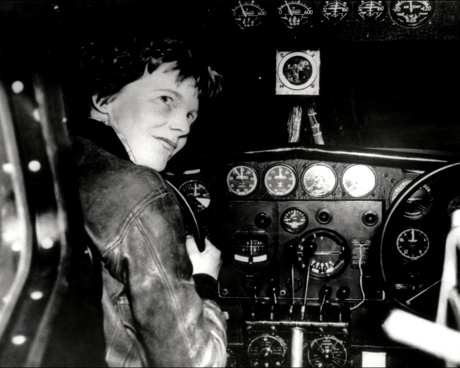 PILOT AMELIA EARHART IN COCKPIT - 8X10 PHOTO (ZZ-131)