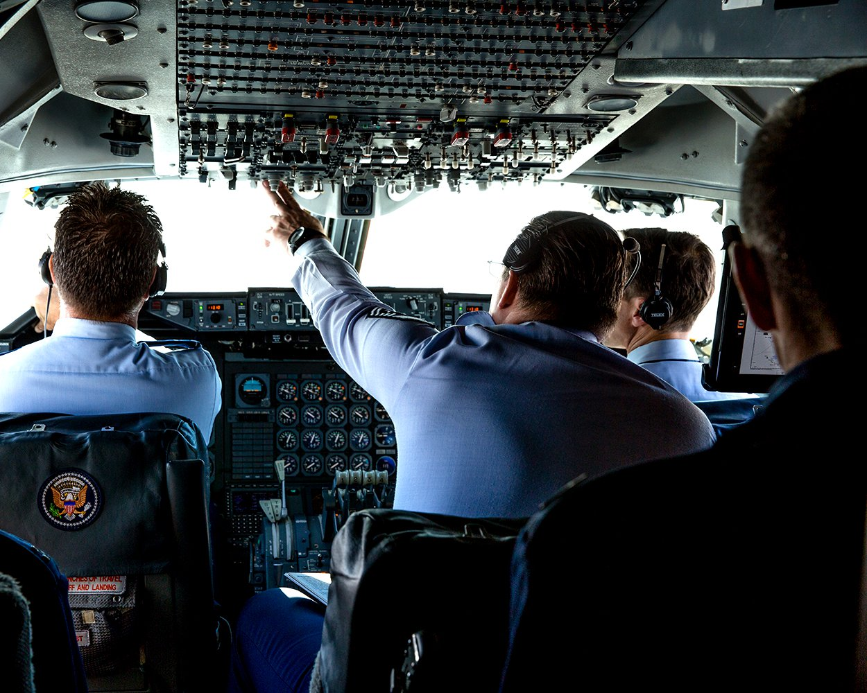 PRESIDENT BARACK OBAMA DROPS BY THE AIR FORCE ONE COCKPIT - 8X10 PHOTO (AB-142)