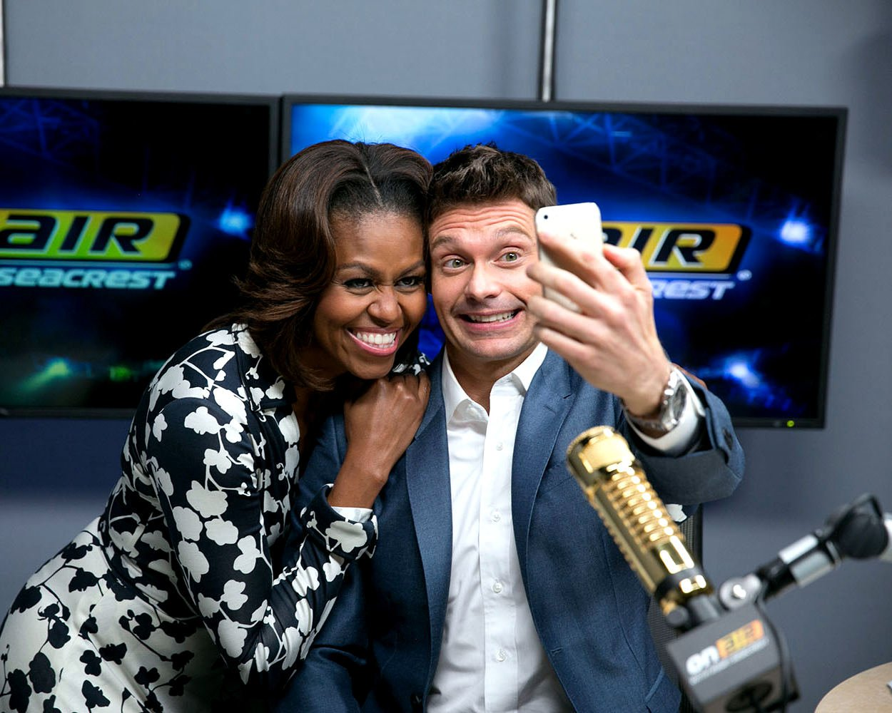 FIRST LADY MICHELLE OBAMA TAKES SELFIE WITH RYAN SEACREST - 8X10 PHOTO (CC-123)