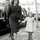JACKIE KENNEDY & CAROLINE ARRIVE @ NEW HOME IN GEORGETOWN - 8X10 PHOTO (CC-128)