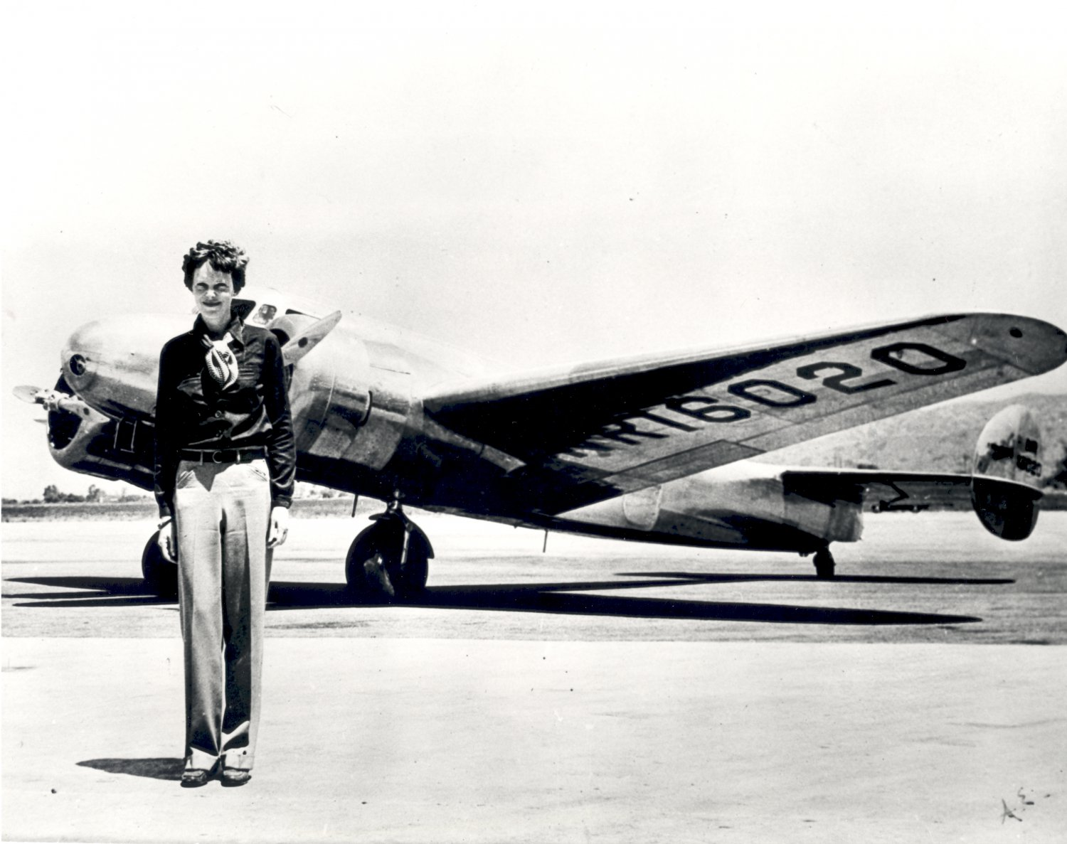 PILOT AMELIA EARHART STANDS IN FRONT OF LOCKHEED ELEKTRA - 8X10 PHOTO (EP-639)