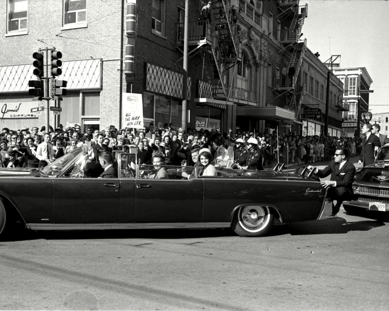 JOHN F. KENNEDY LIMOUSINE TURNS ON TO MAIN STREET IN DALLAS 8X10 PHOTO (BB-622)