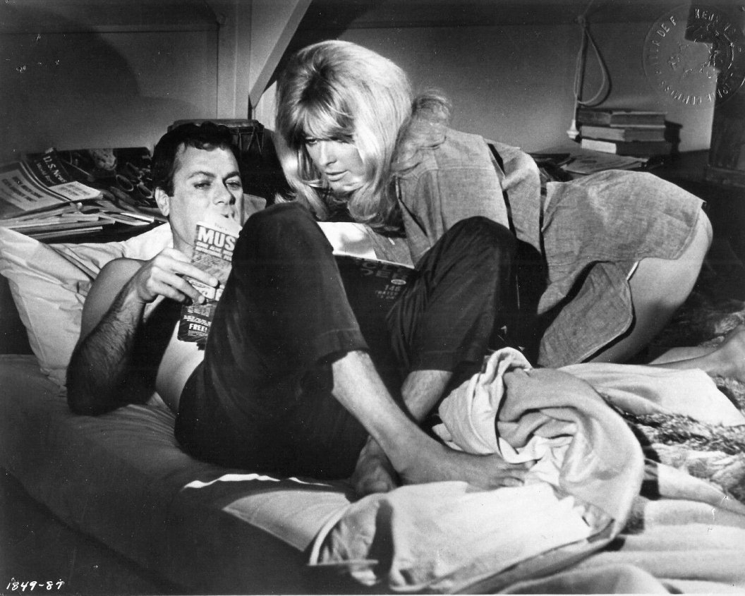 TONY CURTIS & SHARON TATE IN 'DON'T MAKE WAVES' - 8X10 PUBLICITY PHOTO (OP-032)