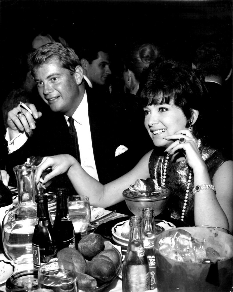 TROY DONAHUE AND SUZANNE PLESHETTE IN 1964 - 8X10 PUBLICITY PHOTO (ZY-251)